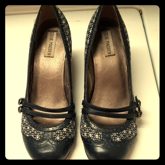 Steve Madden Shoes - Super cute steve madden navy heels with pattern